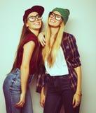 Twee jonge meisjesvrienden die zich en pret verenigen hebben Stock Foto's