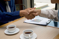 Twee jonge mensen commerciële vergadering royalty-vrije stock afbeelding