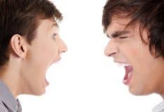 Twee jonge mensen die bij elkaar schreeuwen stock afbeeldingen