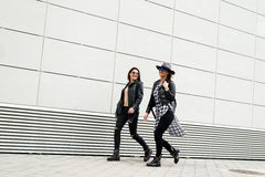 Twee jonge moderne meisjes op de straat Royalty-vrije Stock Foto's