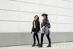 Twee jonge moderne meisjes op de straat Royalty-vrije Stock Foto