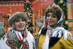 Twee jonge mooie dames in traditionele Russische kleren stellen voor foto's Stock Foto's