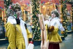 Twee jonge mooie dames in traditionele Russische kleren stellen voor foto's Royalty-vrije Stock Afbeelding