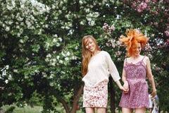 Twee Jonge Mooie Meisjes die Pret hebben in openlucht Royalty-vrije Stock Afbeelding