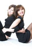 Twee jonge mooie meisjes over witte achtergrond Royalty-vrije Stock Afbeeldingen