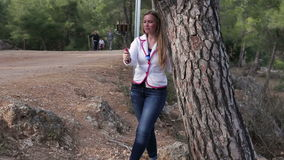 Twee jonge mooie vrouwen die fotograferen die slimme telefoon op de straat in het park met behulp van stock footage