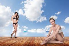 Twee jonge mooie vrouwen op de pijler royalty-vrije stock afbeeldingen