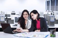 Twee jonge onderneemsters in bureau 3 Stock Foto's