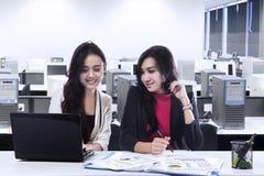 Twee jonge onderneemsters in bureau Royalty-vrije Stock Fotografie