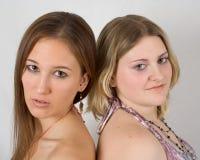 Twee jonge sexy dames stock foto's