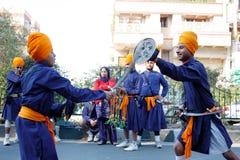 Twee jonge sikh kinderen die vechtsporten uitvoeren Stock Foto