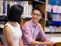 Twee jonge studenten bij de bibliotheek Stock Foto's