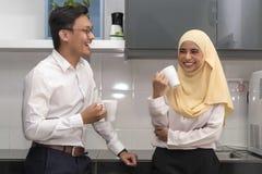 Twee jonge uitvoerende malay hebbend een onderbreking stock fotografie