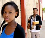 Twee jonge universiteitsmeisjes Stock Foto's