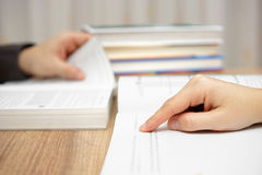 Twee jonge volwassenen bestuderen en lezen boek Stock Foto's
