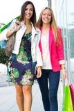 Twee jonge vrienden die samen winkelen Royalty-vrije Stock Foto's