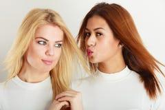 Twee jonge vrienden samen Stock Foto's