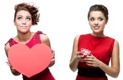 Twee jonge vrolijke vrouwen in rode kleding Royalty-vrije Stock Fotografie