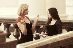 Twee jonge vrouwelijke studenten op campus Royalty-vrije Stock Foto