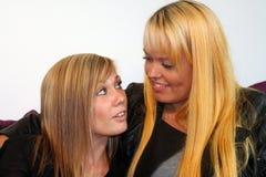 Twee jonge vrouwen Royalty-vrije Stock Foto's