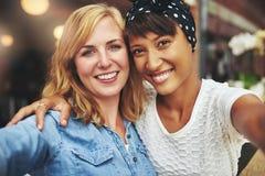 Twee jonge vrouwen beste vrienden stock afbeelding
