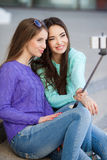 Twee jonge vrouwen die beelden met uw smartphone nemen Royalty-vrije Stock Foto's