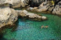 Twee Jonge Vrouwen die in Cinque Terre Italy snorkelen Royalty-vrije Stock Fotografie