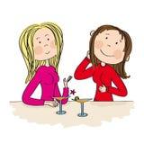 Twee jonge vrouwen die in de bar, het drinken cocktail zitten en het babbelen Royalty-vrije Stock Afbeeldingen