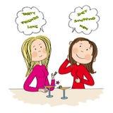 Twee jonge vrouwen die in de bar, het drinken cocktail zitten en het babbelen Stock Foto