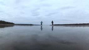 Twee jonge vrouwen die op ijs schaatsen Gelukkige tijd in de verse lucht Beweging voor gezondheid 4K video stock video