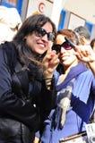 Twee jonge vrouwen die stemden Stock Afbeeldingen