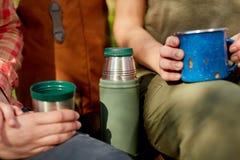Twee jonge vrouwen die van koffie in openlucht genieten Stock Afbeeldingen