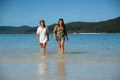 Twee jonge vrouwen die van oceaan opstappen Royalty-vrije Stock Afbeelding