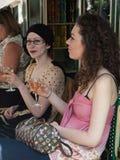 Twee jonge vrouwen die wijn drinken Stock Afbeeldingen