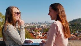 Twee jonge vrouwen die zich op een observatie dek en het lachen bevinden stock video