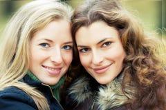 Twee jonge vrouwen in het park Royalty-vrije Stock Afbeeldingen