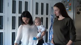 Twee jonge vrouwen kiezen de kleur en de stof op de lijst stock video