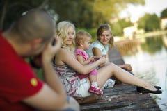 Twee jonge vrouwen met een kind Stock Fotografie