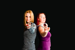 Twee jonge vrouwen met handcuffs royalty-vrije stock fotografie