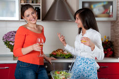 Twee jonge vrouwen in moderne keuken Royalty-vrije Stock Fotografie