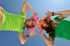 Twee jonge vrouwen openlucht in de zomer Stock Fotografie