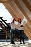 Twee jonge vrouwenarbeiders op het dak Stock Foto's