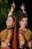 Twee jonge vrouwendans - Indische doek Stock Fotografie