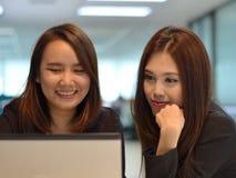 Twee Jonge Werkende Vrouwen Royalty-vrije Stock Afbeelding