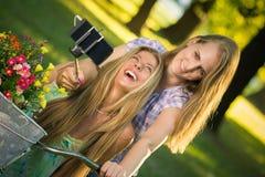 Twee jonge wijfjes die selfie in openlucht nemen stock foto's