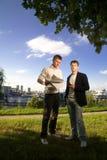 Twee jonge zakenlieden royalty-vrije stock afbeeldingen