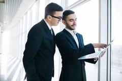 Twee jonge zakenlieden die project bespreken royalty-vrije stock foto