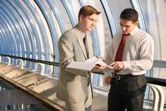 Twee jonge zakenlieden op vergadering stock foto