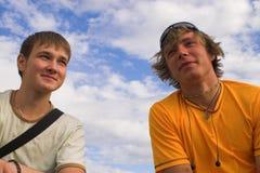 Twee jongens in aanwezigheid van hemel Stock Foto