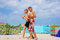 Twee jongens bij het strand Stock Afbeelding